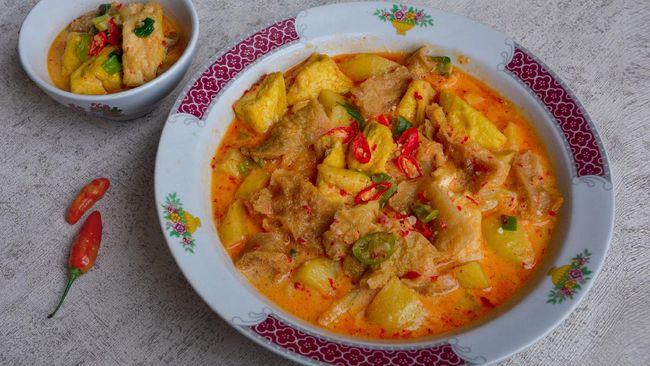 Kalau sayur labu atau pepaya untuk teman makan ketupat sudah jadi biasa, tak ada salahnya untuk mencoba jukut gedang mekuah atau sayur pepaya muda khas Bali.