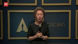 VIDEO: Momen Lucu 'Nenek' Minari Menggoda Brad Pitt di Oscar