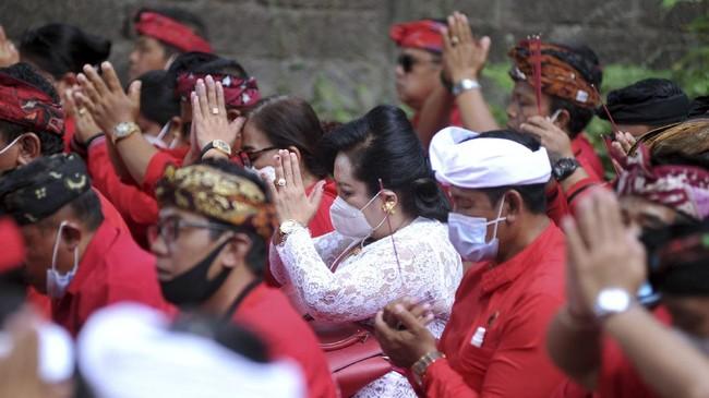 Karamnya kapal selam KRI Nanggala-402 membuat seluruh lapisan masyarakat, tak hanya keluarga besar TNI, berduka. Doa pun dipanjatkan dalam banyak cara.