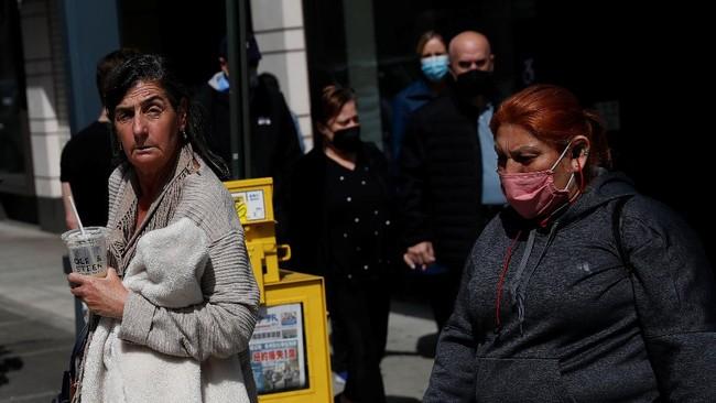 Pemerintah AS mengizinkan para penduduk yang sudah divaksin corona untuk tidak mengenakan masker di luar kediaman.