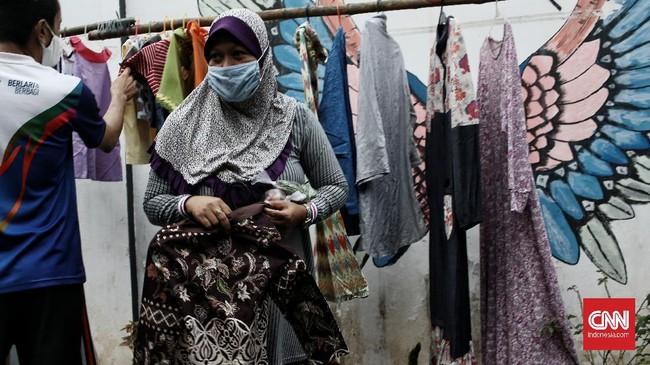 Bazar sayuran dan baju bekas layak pakai gratis di Jati Padang digelar sebagai solidaritas warga membantu yang terdampak pandemi Covid saat bulan Ramadan.