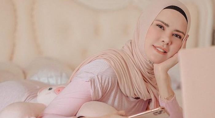 Berdarah campuran Tionghoa, Belanda, Manado, dan Kalimantan, Angel Lelga resmi memeluk Islam dan mantap menggunakan hijab sejak tahun 2012 / foto: instagram.com/angellelga