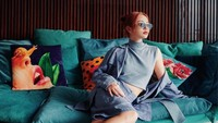 <p>Tak hanya itu, di ruang tengah sebagai tempat bersantai juga tersedia sofa yang nyaman, sekaligus aestetik untuk spot berfoto. (Foto: YouTube: Calikins)</p>