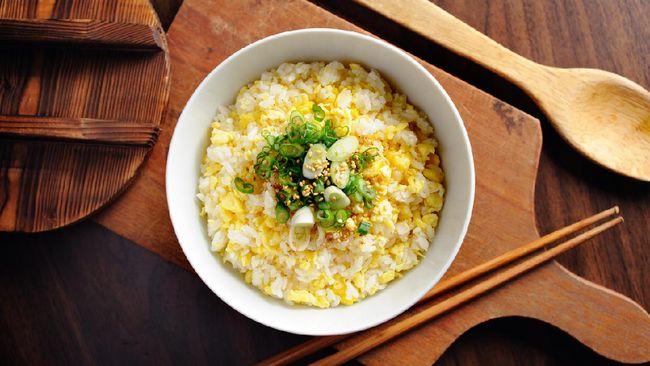 Nasi telur Korea mirip seperti nasi goreng pada umumnya, namun bedanya terletak pada cara memasak. Berikut resep praktis sahur nasi telur ala Korea.