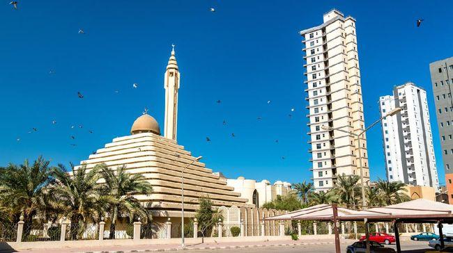Ada pemandangan unik di Kuwait, yakni masjid dengan kubah berbentuk segitiga mirip bangunan piramida di Mesir.