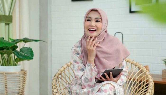 Menikah dengan Doni Amaldi, Soraya Larasati resmi menjadi seorang muslim dan mengenakan hijab sejak tahun 2012 / foto: instagram.com/sorayalarasat1
