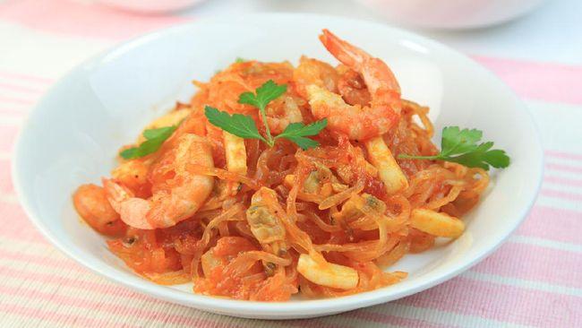 Mi Shirataki, panganan asal Jepang yang populer digunakan untuk mengontrol berat badan, bisa digunakan sebagai santapan saat sahur. Berikut resep praktisnya.
