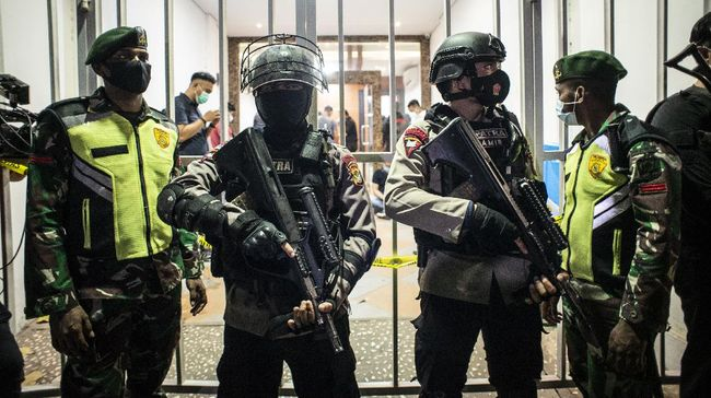 Seluruh tersangka teroris yang ditahan di Rutan Mapolda Sulsel berjumlah 56 orang. Mereka ditetapkan sebagai tersangka dengan peran yang berbeda.