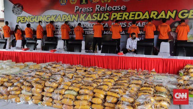 Kapolri Jenderal Pol Listyo Sigit Prabowo mengatakan total upaya peredaran 2,6 ton sabu itu dilakukan jaringan internasional Timur Tengah-Malaysia-Indonesia.
