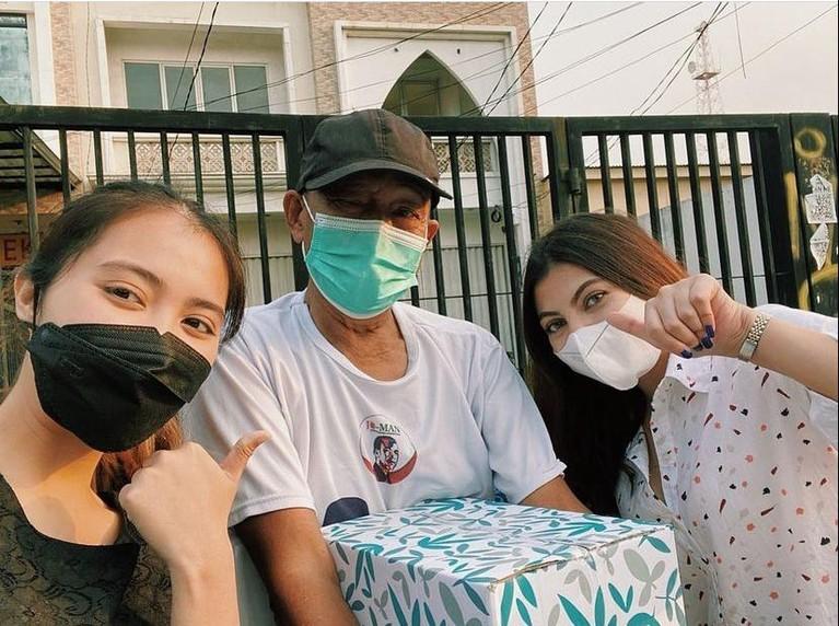 Ranty Maria baru saja merayakan ulang tahunnya yang ke 22 tahun. Dia pun merayakan dengan cara bagi-bagi sembako dibantu oleh teman-temannya. Yuk kita intip keseruannya!