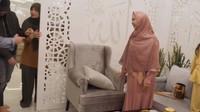 <p>Oki Setiana Dewi memperlihatkan ruang tamu rumahnya yang mewah. Rumah bergaya minimlis itu dilengkapi dengan ruang tamuberhias pembatas portable, Bunda. Ini dapat dibuka ketika kajian agar bisa menampung banyak orang. (Foto: YouTube: The Sungkars Family)</p>