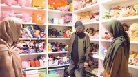 <p>Yang menarik, rumah Oki yang berlantai tiga ini juga menyiapkan satu ruangan sebagai tempat yang terisi penuh dengan boneka. Di sana boneka milik anak-anaknya tersusun rapi hingga beberapa rak lho, Bunda. (Foto: YouTube: The Sungkars Family)</p>