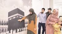 <p>Masih di lantai yang sama, salah satu sisi tembok di rumah pedakwah ini terdapat mural Kabah. Kata Oki, ini bisa mengingatkannya pada Tanah Suci sekaligus menjadi spot untuk menenangkan diri. (Foto: YouTube: The Sungkars Family)</p>