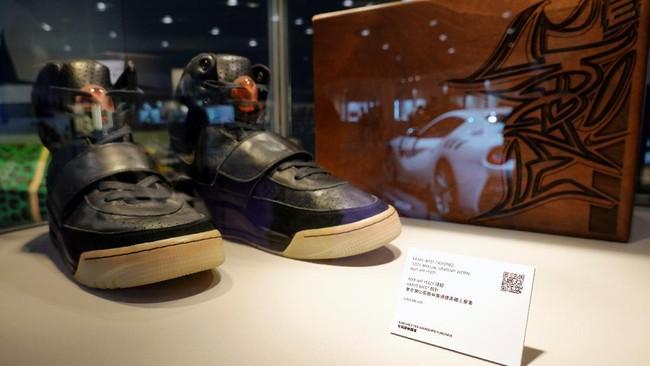 Sneaker Nike Air Yeezy 1 yang pernah dipakai Kanye West terjual US$1,8 juta (Rp26 miliar). Angka ini menjadikannya sebagai sneaker termahal di dunia.