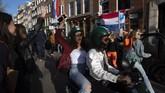 Penduduk Belanda berbondong-bondong memperingati Hari Raja di ibu kota Amsterdam, dan mengabaikan protokol kesehatan Covid-19.