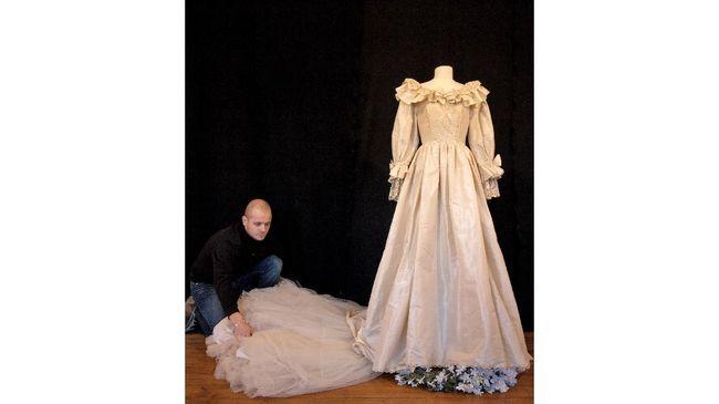 Gaun pengantin ikonis yang dikenakan oleh Putri Diana akan dipamerkan di Istana Kensington London untuk pertama kalinya dalam 25 tahun.