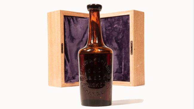 Sebotol yang diyakini sebagai wiski tertua yang pernah ada di dunia akan dilelang pada pertengahan tahun ini dengan harga fantastis.