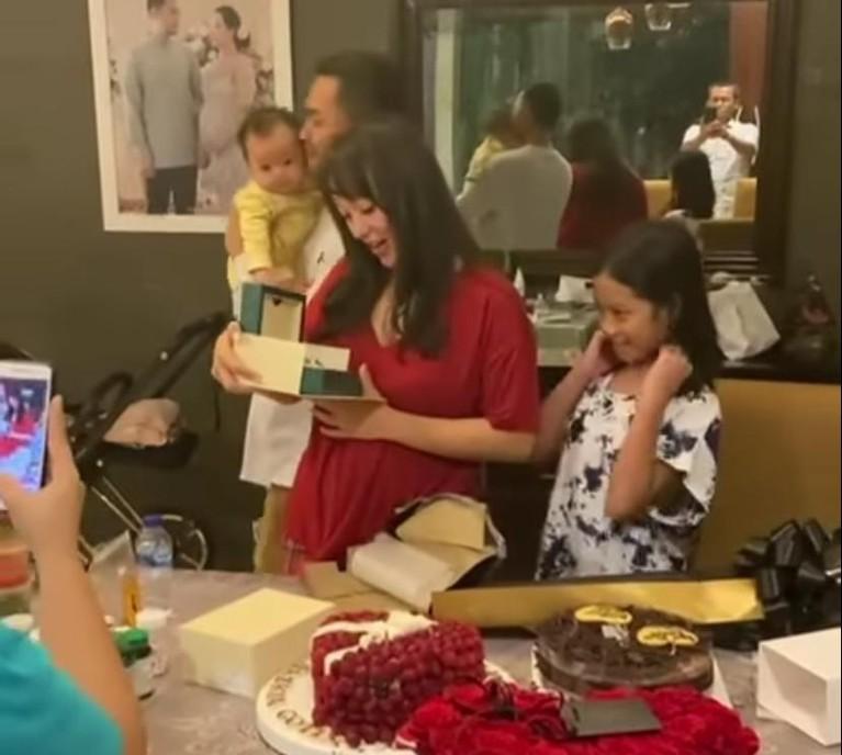 Zaskia Gotik baru saja merayakan ulang tahunnya yang ke 32. Ia pun mendapatkan kejutan dari suami tercintanya. Yuk kita intip!