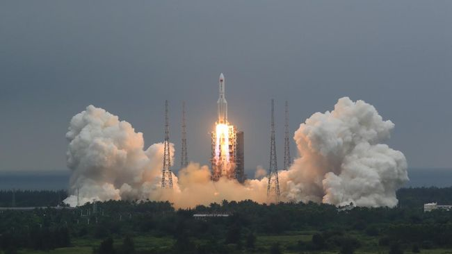 Militer Amerika Serikat mengatakan tidak memiliki rencana untuk menembak jatuh puing-puing roket China yang liar meluncur ke Bumi.