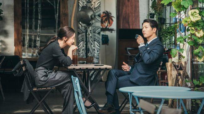 Selain berjas rapih buatan Italia, Song Joong-ki di Vicenzo juga terlihat kerap memakai jam tangan mewah. berikut beberapa jam tangan mewah yang dipakai.