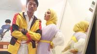 <p>Pada sebuah kesempatan, Bumi dan Enno tampak mengenakan pakaian senaada dengan aksen kuning dan putih, Bunda. Makin terlihat seperti adik-kakak, ya. (Foto: Instagram: @ennolerian)</p>