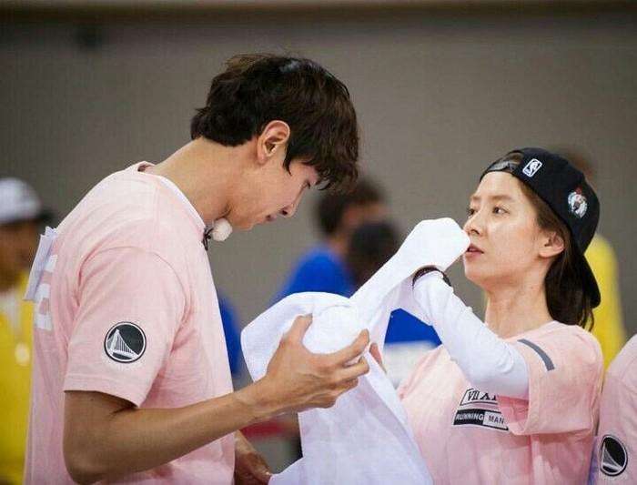 Namun dibalik semua pertengkaran sebenarnya Kwang Soo dan Jihyo saling peduli satu sama lain. Keduanya kerap menunjukkan sikap perhatian lewat tindakan manis di setiap episode Running Man. (Foto: Twitter.com/ ikapotaa)