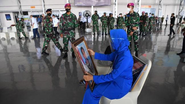 Negara menganugerahkan penghormatan terakhir sekaligus kenaikan pangkat luar biasa bagi 53 prajurit yang gugur bersama karamnya kapal selam KRI Nanggala-402.