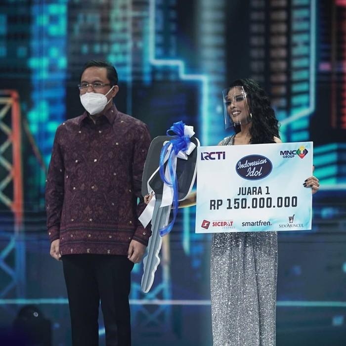 Rimar berhasil menjadi pemenang Indonesian Idol season ini dan membawa pulang hadiah berupa uang senilai Rp. 150 juta rupiah dan satu unit mobil. (Foto: Instagram.com/indonesianidolid)