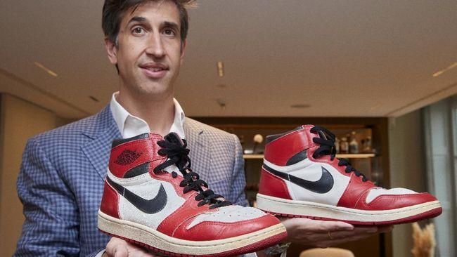 Sepatu yang dikenakan oleh juara NBA Michael Jordan pada awal kariernya di Chicago Bulls sekitar 1984-1985 bakal dilelang secara online bulan depan.