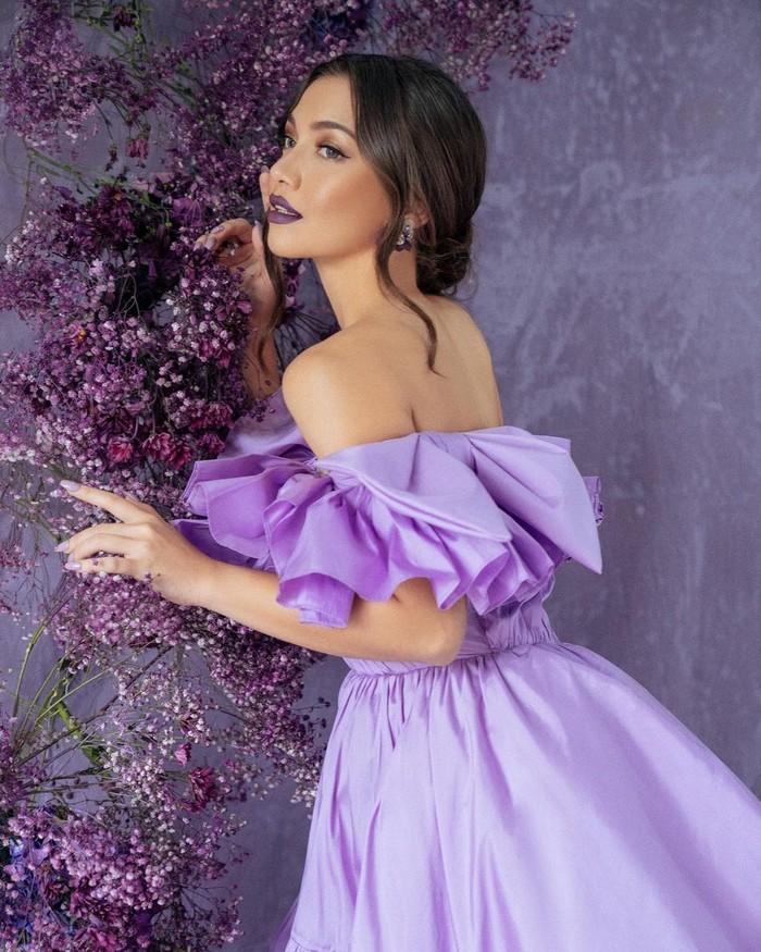 Sosok Angela Gilsha populer setelah menjadi pemeran dalam sinetron Samudera Cinta. Ia juga kerap bermain dalam sejumlah FTV. (Foto: instagram.com/angelagilsha/)