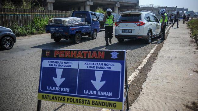 Terkait larangan mudik, Gubernur Jabar mengingatkan kejadian tahun lalu di mana seorang tua yang meninggal terpapar Covid usai didatangi pemudik dari Jakarta.