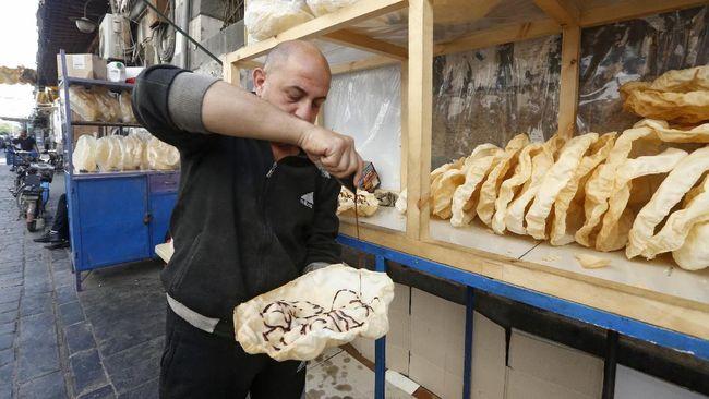 Krisis ekonomi membuat menu berbuka puasa favorit masyarakat Suriah jadi terbatas. Untung ada naeem, panekuk tradisional yang menjadi solusi di tengah Ramadan.