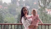 <p>Aura Kasih gemar mengunggah potretnya ketika sedang momong anak. Kini resmi melajang, mantan istri Eryck Amaral ini lebih banyak menghabiskan waktu bersama Arabella. (Foto: Instagram @aurakasih)</p>
