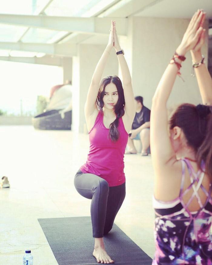 Aura Kasih pernah mengungkapkan dirinya tak menjalani diet tertentu. Ia mengaku hanya mengonsumsi makanan dengan porsi cukup, banyak konsumsi sayur-sayuran, banyak minum air putih dan melakukan olahraga Muay Thai. (Foto: instagram.com/aurakasih/)