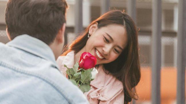Tidak peduli berapa lama waktu berlalu atau banyak hubungan yang Anda miliki, tapi cinta pertama sulit untuk dilupakan bagi sebagian besar orang. Mengapa?