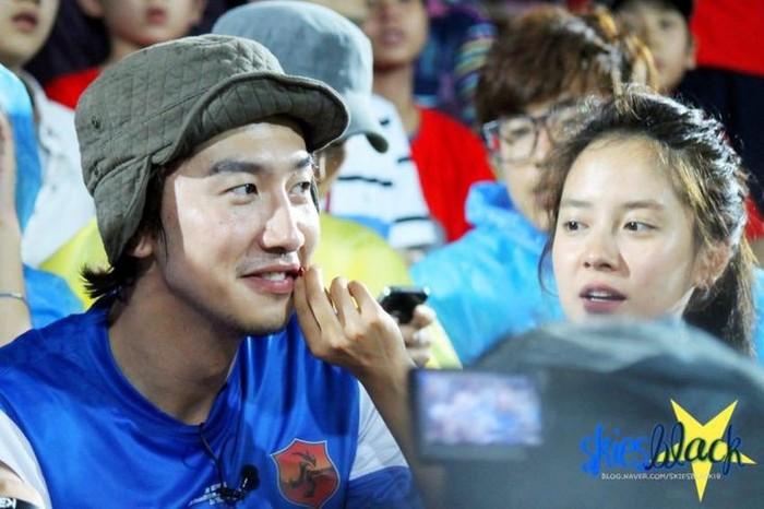 Kwang Soo dan Jihyo dipertemukan pertama kali lewat acara Running Man pada tahun 2010. Perbedaan usia yang tak terlalu jauh membuat keduanya menjadi dekat satu sama lain. (Foto:Twitter.com/ursunflowerx)