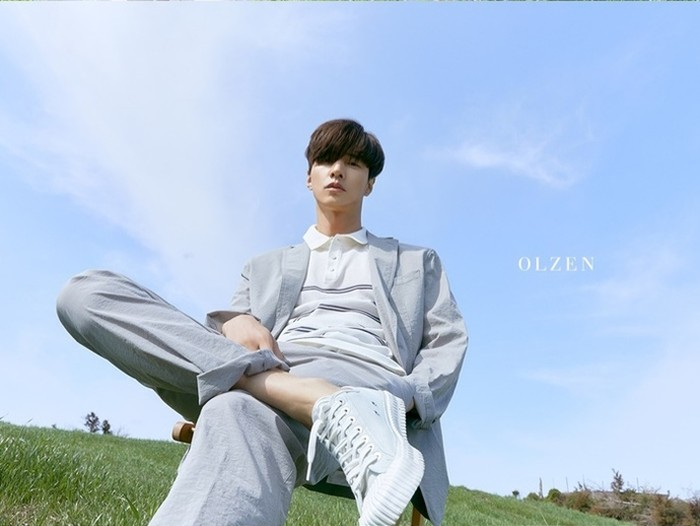 Mulai dari setelan formal, suami dari aktris Lee Na Young ini berpose dengan gagahnya di balik background langit biru yang cerah dan hamparan rumput jeju yang hijau. (Foto: breaknews.com)