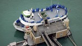 Kapal pesiar listrik beroperasi di Air Terjun Niagara. Dari dua deknya, penumpang bisa merasakan sensai tepercik buih air terjun besar itu.