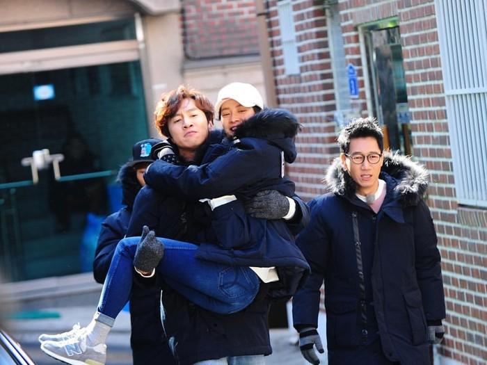 Setiap kali Jihyo dihadapkan pada misi yang sulit, Kwang Soo selalu siap untuk membantu kakak perempuannya itu. Tak hanya itu, Kwang Soo juga kerap memastikan keadaan Jihyo setelah melakukan misi yang berbahaya. (Foto: Twitter.com/suryeonnie)