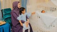 <p>Siti dan sang suami juga terlihat mengajak serta anak pertama mereka, Siti Aafiyah, berbagi kebahagiaan di akikahadiknya. (Foto: Instagram @ctdk)</p>