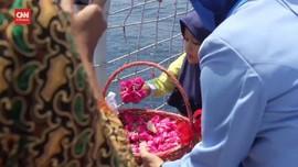 VIDEO: Keluarga Awak KRI Nanggala Tabur Bunga di Laut Bali