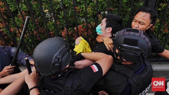 Polisi dinilai arogan menangkap massa aksi dengan dalih protokol kesehatan, namun membiarkan kerumunan di tempat lain selama pandemi.