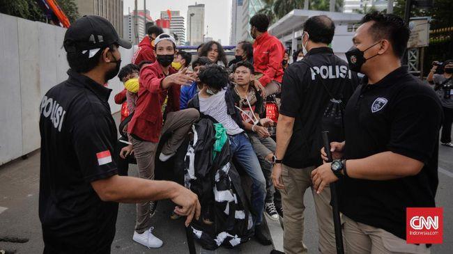 Di tengah aksi demo Hari Buruh, aparat kepolisian sempat menangkap puluhan orang, mulai dari mahasiswa hingga yang diduga sebagai kelompok Anarko.