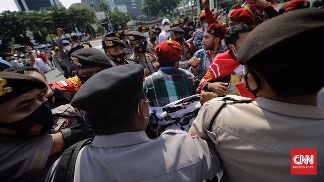 Ketua Umum Kongres Aliansi Serikat Buruh Indonesia Nining Elitos mengklaim polisi menangkap hampir 300 orang dari aksi peringatan Hari Buruh.