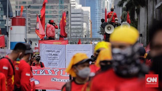 Buruh menggelar aksi unjuk rasa memperingati Hari Buruh Internasional. Aksi dipusatkan di tiga titik di Jakpus yakni di Patung Kuda, Gedung MK dan Kantor ILO.