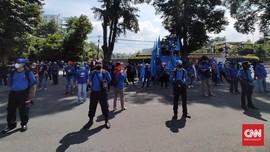 Prokes Ala Buruh Jabar di Demo Peringatan May Day Bandung