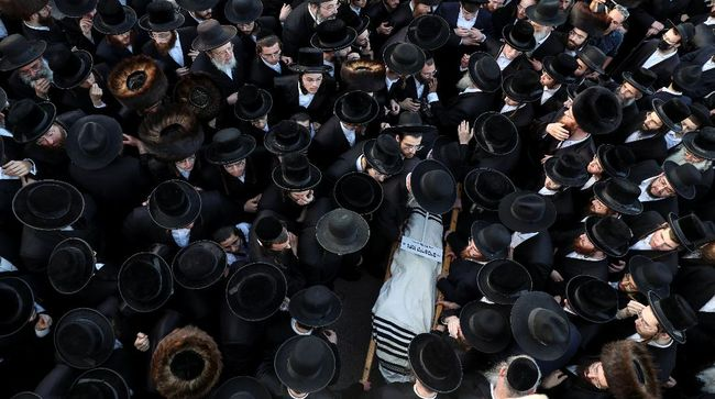 Israel dikabarkan telah mengubur 45 korban tewas akibat tragedi kerumunan massa di situs ziarah Yahudi di Gunung Meron pada Jumat (30/4)
