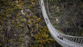 FOTO: Meniti Langkah di Jembatan Gantung Terpanjang di Dunia