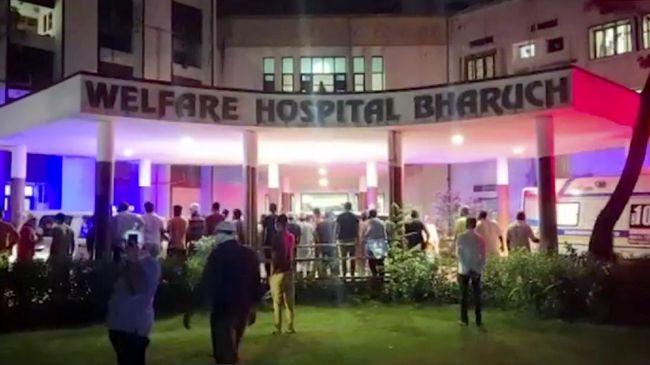 Kebakaran terjadi di bangsal rumah sakit Covid-19 di India, Sabtu (1/5). Sebanyak 18 orang dikabarkan tewas akibat kejadian tersebut.