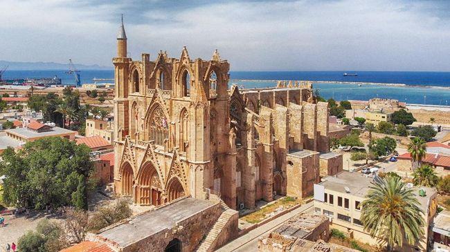 Bangunan ini sempat menjadi katedral Katolik pada 1328, lalu diubah menjadi masjid setelah Kekaisaran Ottoman merebut Famagusta pada 1571.